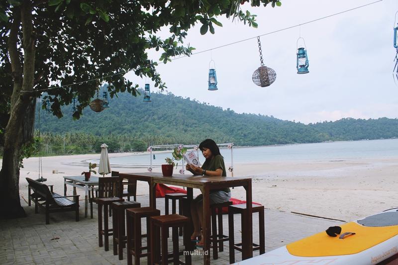 membaca buku di temajo bay resort